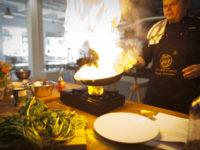 Zdjęcie przedstawiające gotującego kucharza