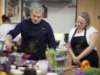 Zdjęcie przedstawiające kucharza i kursantkę