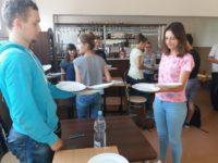 Zdjęcie przedstawiające uczniów w czasie zajęć edukacyjnych