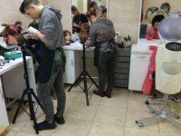 Zdjęcie przedstawiające uczniów w czasie zajęć z fryzjerstwa