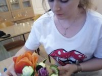 Zdjęcie przedstawiające uczennicę w trakcie lekcji carvingu