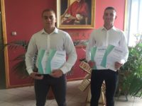 Zdjęcie przedstawiające uczniów z dyplomami