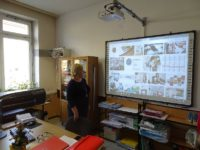Zdjęcie przedstawiające nauczycielkę w czasie lekcji
