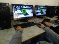 Zdjęcie przedstawiające chłopaka siedzącego przy komputerze
