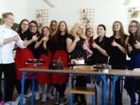 Zdjęcie przedstawiające uczniów w czasie warsztatów cukierniczych