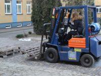 Zdjęcie przedstawiające kobietę prowadzącą wózek widłowy