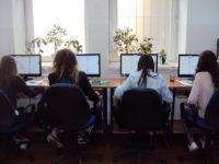 Zdjęcie przedstawiające uczniów w czasie zajęć informatycznych