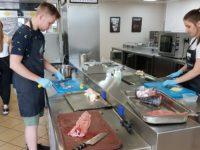 Zdjęcie przedstawiające uczniów w trakcie warsztatów kulinarnych