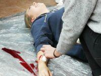 Zdjęcie przedstawiające uczennicę w trakcie zajęć z pierwszej pomocy