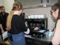 Zdjęcie przedstawiające uczennicę parzącą kawę