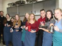 Zdjęcie przedstawiające uczniów w trakcie zajęć z parzenia kawy