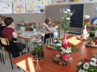 Zdjęcie przedstawiające uczniów w trakcie zajęć florystycznych