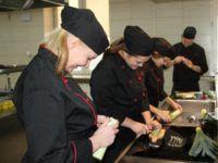 Zdjęcie przedstawiające uczniów w trakcie zajęć kulinarnych