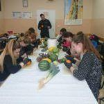 Zdjęcie przedstawiające uczniów w trakcie zajęć carvingu