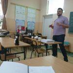 Zdjęcie przedstawia nauczyciela i uczniów w klasie