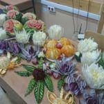 Zdjęcie przedstawiające warzywa i owoce wycinane metodą carvingu
