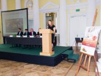 Zdjęcie przedstawiające kobietę przemawiającą na konferencji