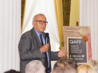 Zdjęcie przedstawiające mężczyznę przemawiającego na konferencji