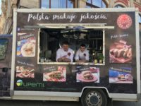 Zdjęcie przedstawiające dwóch kucharzy w food trucku