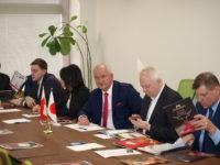 Zdjęcie przedstawiające ludzi w sali konferencyjnej