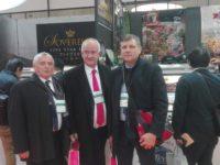 Zdjęcie przedstawiające trzech mężczyzn na targach