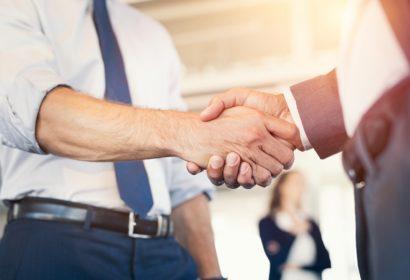 Zdjęcie przedstawiające dwie osoby i uścisk dłoni