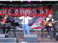 Zdjęcie przedstawiające zespół muzyczny na scenie