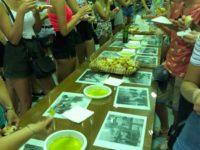 Zdjęcie przedstawiające młodych ludzi w czasie degustacji