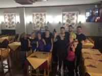 Zdjęcie przedstawiające młodych ludzi w restauracji