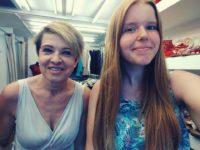 Zdjęcie przedstawiające dwie kobiety w sklepie odzieżowym